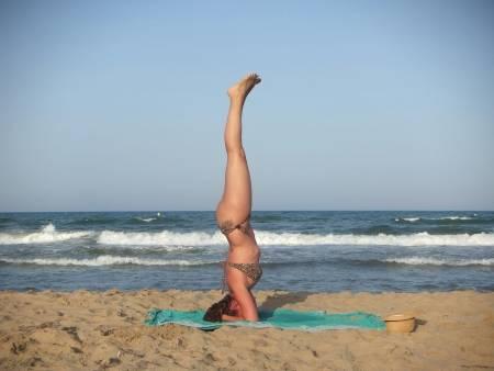Practica Yoga Beach con Estudio Sirsasana
