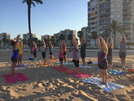 yoga beach estudio sirsasana