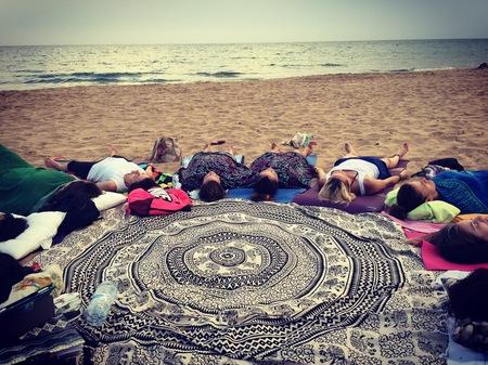 Practica Yoga Beach en grupo con Estudio Sirsasana